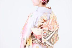 背を向けた着物の女性